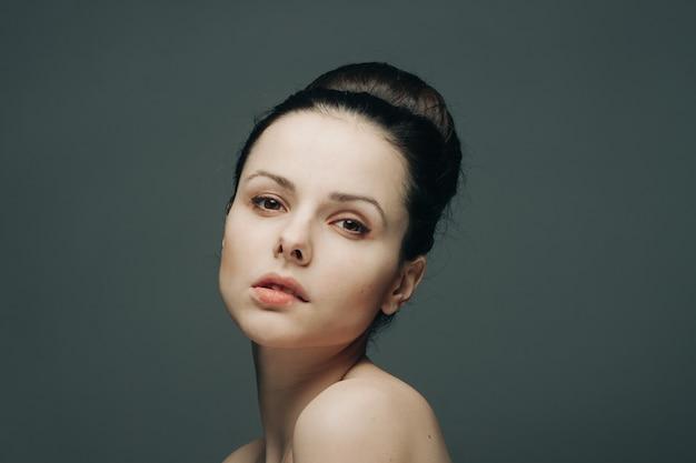 Brune épaules nues rassemblées glamour cheveux tête glamour. photo de haute qualité