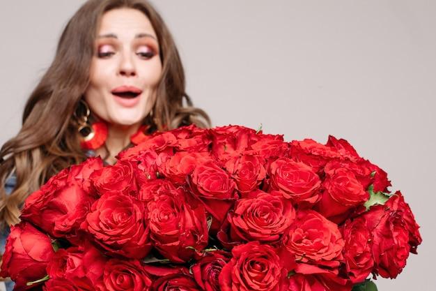 Brune étonnée et heureuse surprise avec des roses