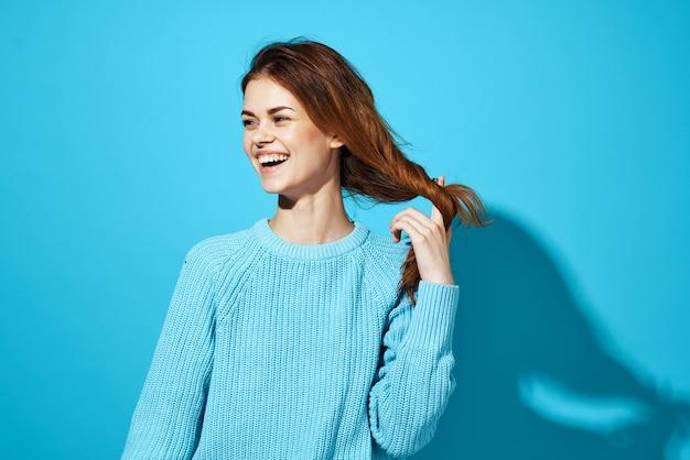 Brune souriante en pull bleu et jeans émotions vue recadrée fond isolé. photo de haute qualité