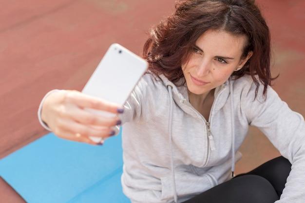 Brunette blogueuse prenant un selfie