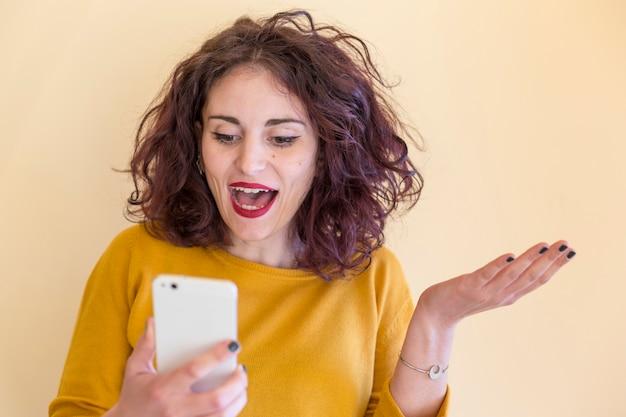 Brunette blogueuse utilisant son téléphone portable