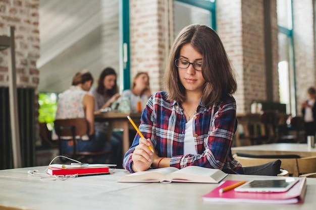 Brunette charmante étudiant seule