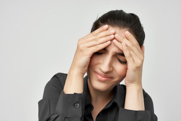 Brunette en chemise noire problèmes de santé émotions