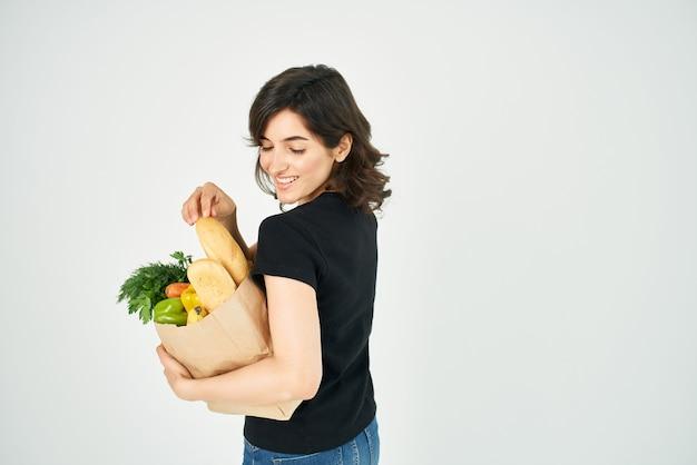 Brunette avec des courses de livraison de colis d'épicerie