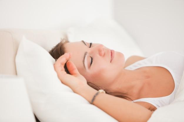 Brunette dort dans son lit