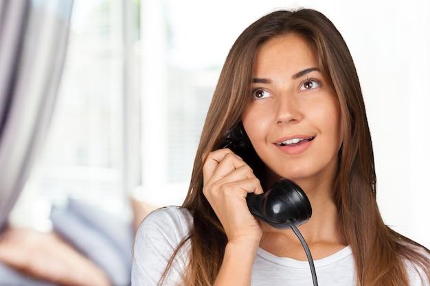 Brunette, femme affaires, blanc, chemise, tenue, téléphone