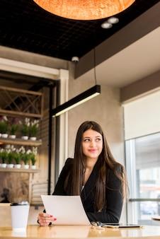 Brunette femme d'affaires avec document