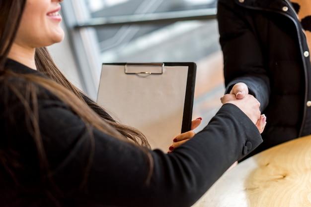 Brunette femme d'affaires faisant une négociation