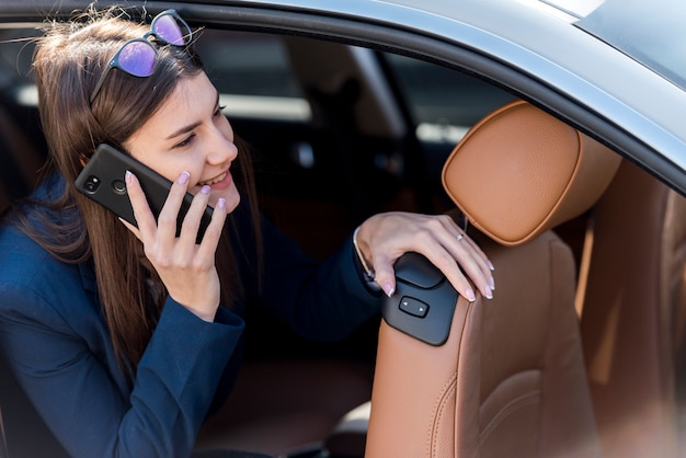 Brunette femme d'affaires à l'intérieur d'une voiture