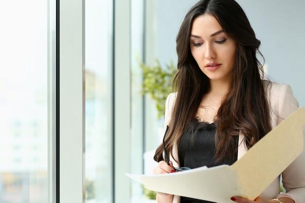 Brunette, femme affaires, lecture, document