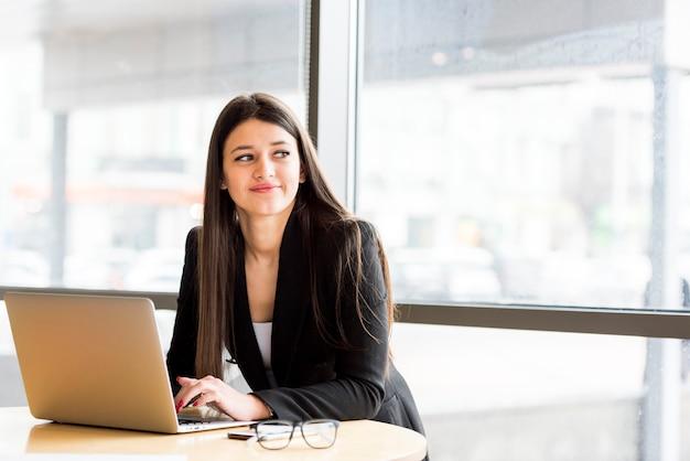 Brunette femme d'affaires avec ordinateur portable