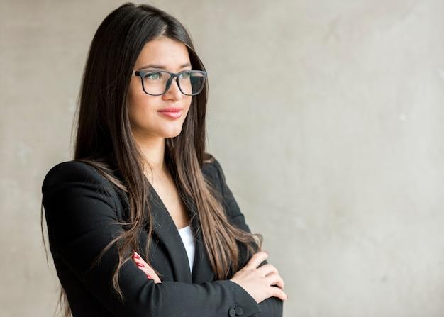 Brunette femme d'affaires posant