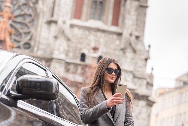 Brunette femme d'affaires avec voiture