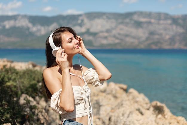 Brunette femme écoutant de la musique