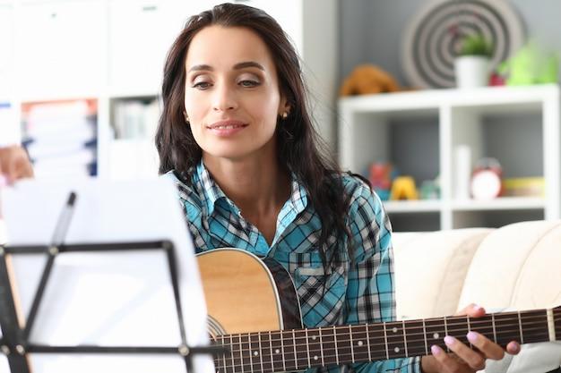 Brunette femme jouant de la guitare