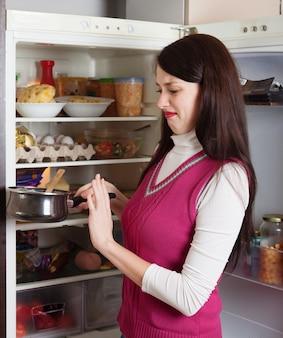 Brunette, femme, tenue, crasseux, nourriture