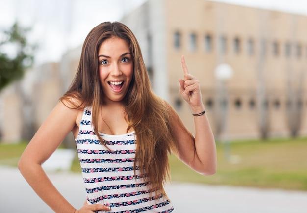 Brunette fille pointant le doigt dans l'air