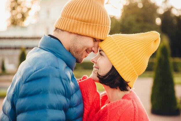 Brunette jolie femme a un temps inoubliable avec son petit ami, se regarder les yeux