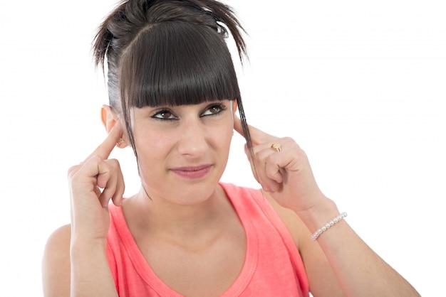 Brunette avec un mal d'oreille