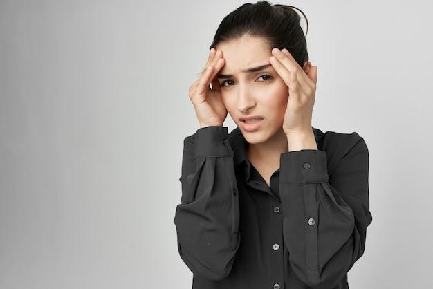 Brunette mal de tête mécontentement trouble fond clair