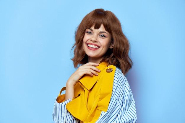 Brunette manteau jaune rire amusant vue latérale lèvres rouges