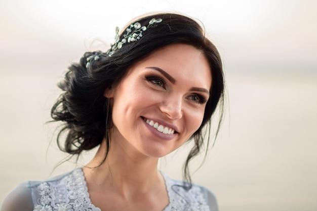 Brunette, mariée, sourire, gros plan, portrait