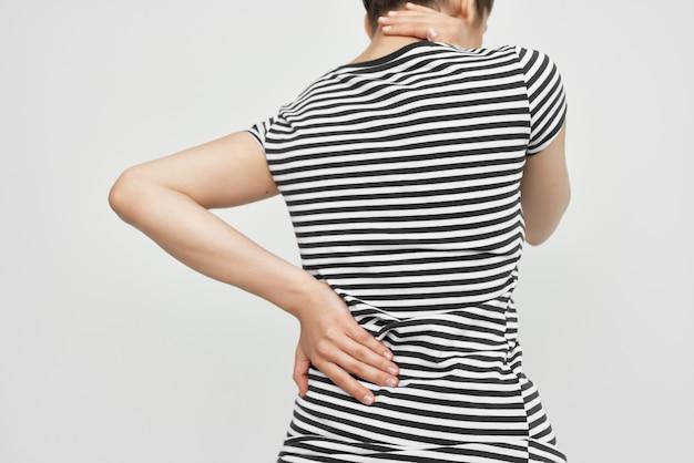 Brunette maux de tête syndrome douloureux inconfort fond clair