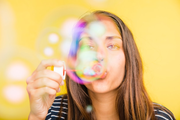 Brunette modèle souffle des bulles