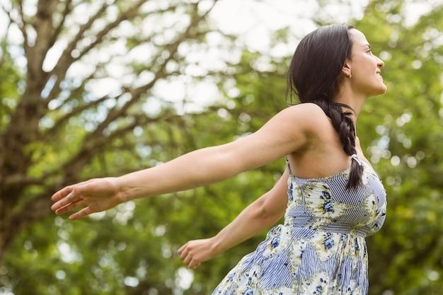 Brunette paisible debout et se sentir libre