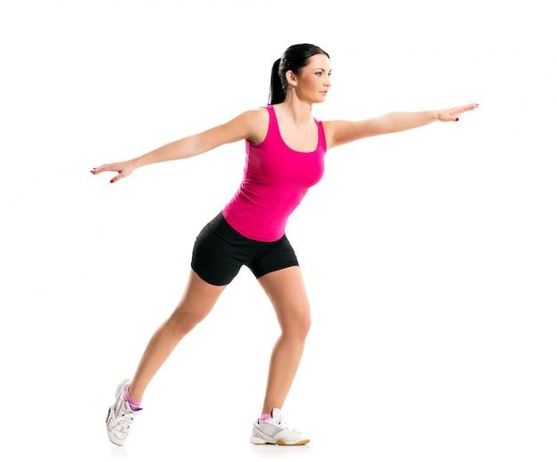 Brunette pendant un exercice de fitness