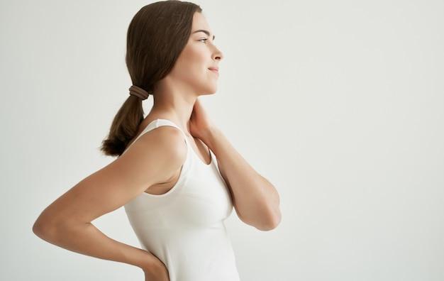 Brunette en tshirt blanc douleurs articulaires problèmes de santé insatisfaction