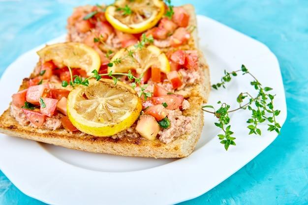 Bruschetta apéritif au thon et tomates