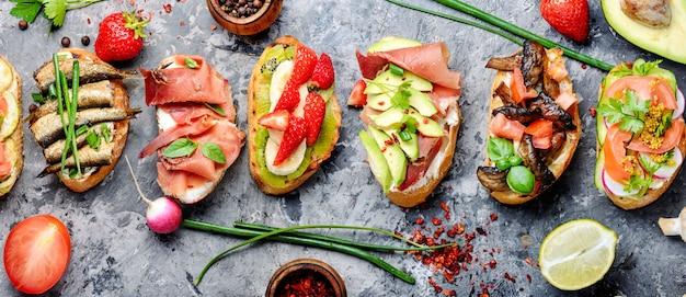 Bruschetta assorties avec diverses garnitures.bruschetta appétissante.variété de petits sandwichs.mix bruschetta