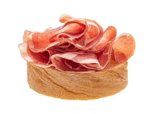 Bruschetta au bacon isolé sur fond blanc