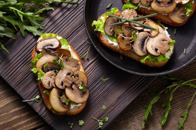 Bruschetta au fromage et champignons