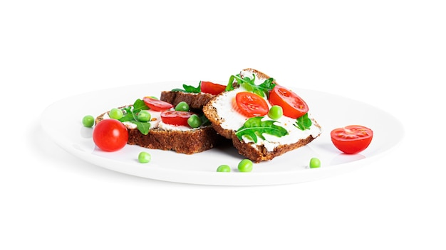 Bruschetta au fromage à la crème et légumes isolés sur fond blanc. toasts isolés. sandwich isolé. sandwich aux légumes et fromage. photo de haute qualité