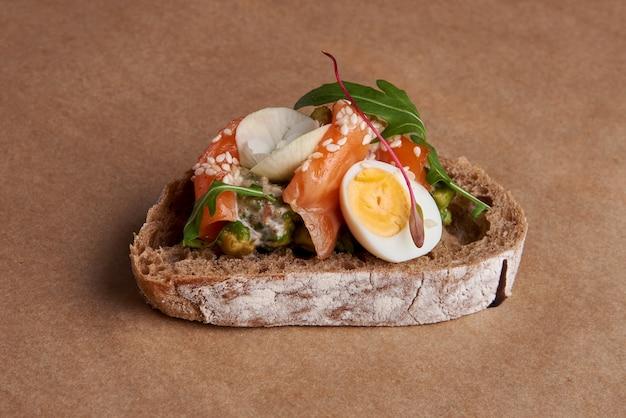 Bruschetta au poisson rouge, œuf, fromage et fines herbes