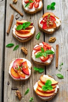 Bruschetta aux fruits avec épices et noix