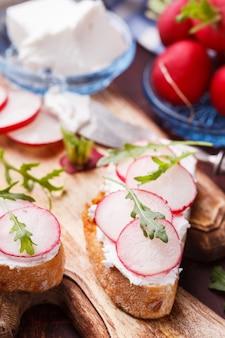 Bruschetta aux radis, feta et roquette