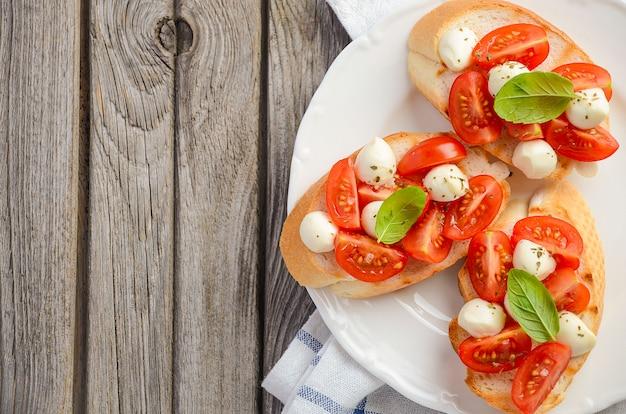 Bruschetta aux tomates cerises et mozzarella.