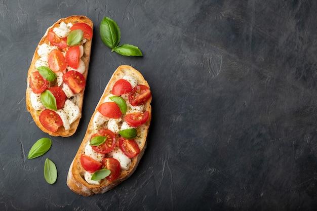 Bruschetta aux tomates, fromage mozzarella et basilic.