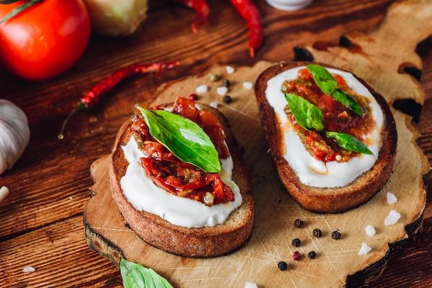 Bruschetta aux tomates séchées et sauce épicée