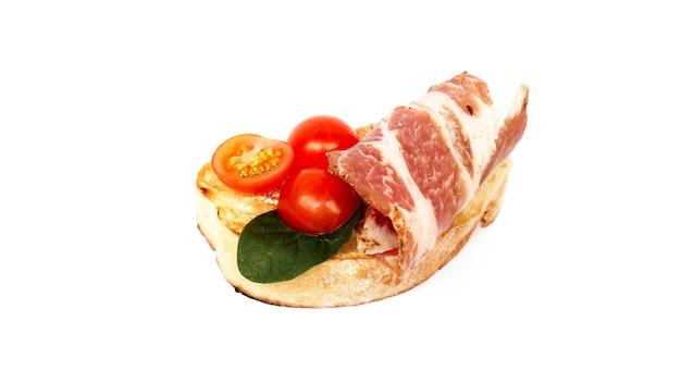 Bruschetta sur ciabatta sur fond blanc. apéritif italien sur fond isolé