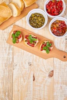 Bruschetta crostini aux tomates séchées au soleil et câpres