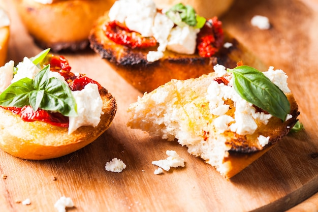 Bruschetta à l'huile d'olive, tomates séchées, feta et basilic frais
