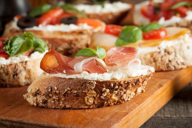Bruschetta italienne au fromage et aux tomates