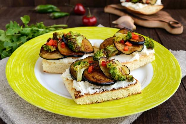 Bruschetta parfumée au fromage feta, tranches d'aubergines et brocolis grillés.
