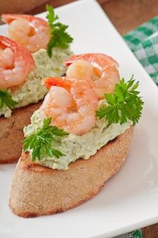 Bruschetta avec une pâte de pois verts et de crevettes