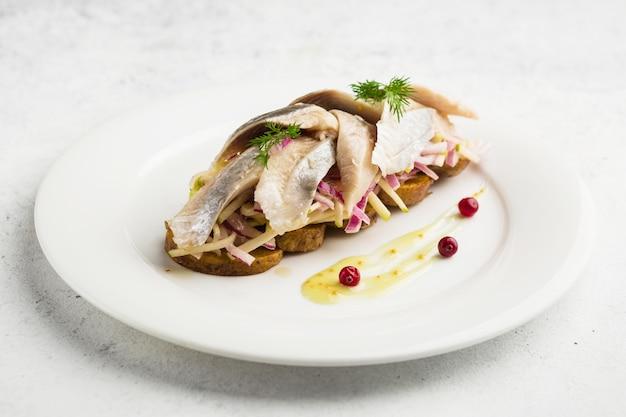 Bruschetta plat juif au hareng salé