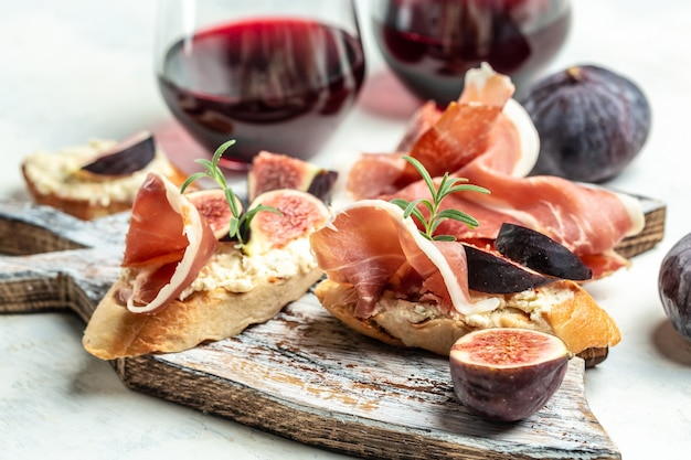 Bruschetta traditionnelle avec jambon de parme séché et prosciutto. apéritifs. antipasti, collations et vin.